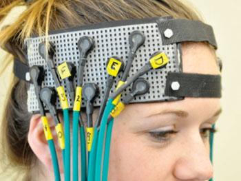 Imagen: Una persona participante en el estudio equipada con el casco fNIRS (Fotografía cortesía de las Facultades de Ciencias de la Salud de la Universidad de Pittsburgh).
