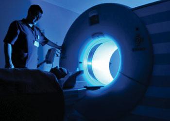 Imagen: Unas nanopartículas, desarrolladas por los investigadores, podrían aumentar la eficacia de la RM al dirigirse específicamente a los receptores que se encuentran en las células cancerosas (Fotografía cortesía de Universidad Imperial de Londres).