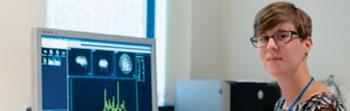 Imagen: Amelia Draper, una de los investigadores que encontraron, utilizando espectroscopia de resonancia magnética (MRS), que el cerebro desempeña un papel fundamental en el control de los movimientos involuntarios y los tics vocales asociados con el síndrome de Tourette (Fotografía cortesía de la Universidad de Nottingham).