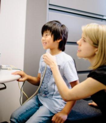 """Imagen: El uso de una tecnología de ultrasonido para visualizar la forma y el movimiento de la lengua les puede ayudar a los niños con dificultad para pronunciar los sonidos de la """"r"""", de acuerdo con una investigación liderada por la profesora Tara McAllister Byun en NYU Steinhardt (Fotografía de Ramsay de Give / NYU Steinhardt)."""