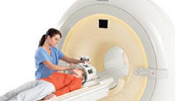 Imagen: Una PET/TC (izquierda) y una RM (derecha) demuestra las localizaciones relativas de tanto el hipotálamo como de la glándula pituitaria (Fotografía cortesía de la RSNA).