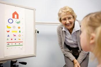 Imagen: La Dra. Miles fue parte del equipo que ayudó a identificar las mediciones faciales en los niños con autismo, las cuales pueden conducir a tener una herramienta para la detección en los niños pequeños y proporcionar pistas sobre sus causas genéticas (Fotografía cortesía de Rebecca F. Miller).