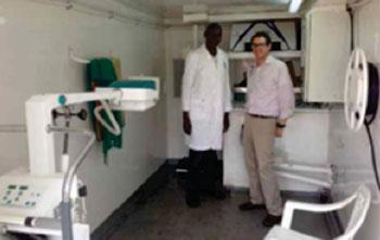 Imagen: El camión de rayos X móvil especialmente diseñado alcanza los pacientes en las zonas marginadas de Kenia. Peter Otunga, jefe de la radiografía para AMPATH, y el radiólogo, Marc Kohli, MD, en el interior del camión (Fotografía cortesía de Noticias de la RSNA).