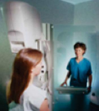 Imagen: Una paciente a quien le practican una mamografía (Fotografía cortesía de RadiologyInfo).