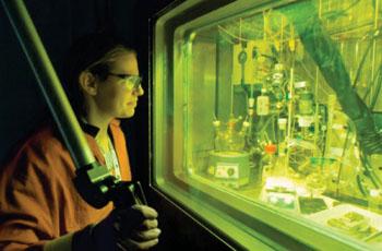 Imagen: La química, Amanda Youker purificando el molibdeno-99 (Fotografía cortesía de Wes Agresta/ANL).