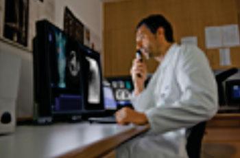 Imagen: El syngo.via MM para Oncología facilita que los médicos puedan dar cumplimiento a las directrices de la Sociedad Británica del Tórax para la investigación y el manejo de los nódulos pulmonares (Fotografía cortesía de Siemens Healthcare).