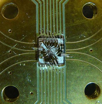 Imagen: Un sensor inteligente para resonancia magnética cuántica, el cual utiliza un solo electrón atrapado en una trampa de diamantes (Fotografía cortesía de la Universidad Tecnológica de Delft).