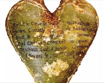 Imagen: Una urna de plomo en forma de corazón con una inscripción identificando los contenidos como el corazón de Toussaint Perrien, Caballero de Brefeillac (Fotografía cortesía de la RSNA).