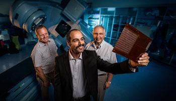 Imagen: Ziyad Alrowaili sostiene el MP512 con el Dr. Martin Carolan y el Prof. Anatoly Rozenfeld (Fotografía cortesía de la UOW).